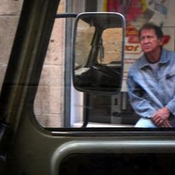 Vue à travers le pare-brise d'une voiture ancienne à Barcelone