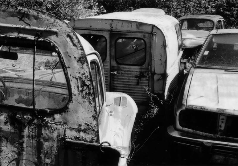 Photographie panoramique voitures anciennes abandonnées