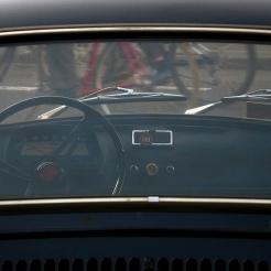 Vue à travers le pare-brise d'une voiture ancienne à Paris