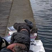 Sans-abri au bord du Canal Saint-Martin à Paris
