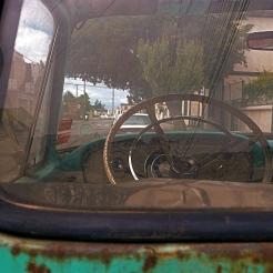 Valparaiso a travers le pare-brise d'une voiture ancienne